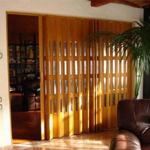 Puerta Plegable de PVC Foliada con vidrieras